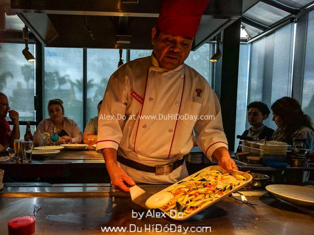 Đầu bếp trình diễn ở Nhà hàng Benihana