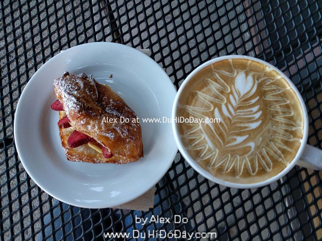 Bánh kem dâu và ly latte