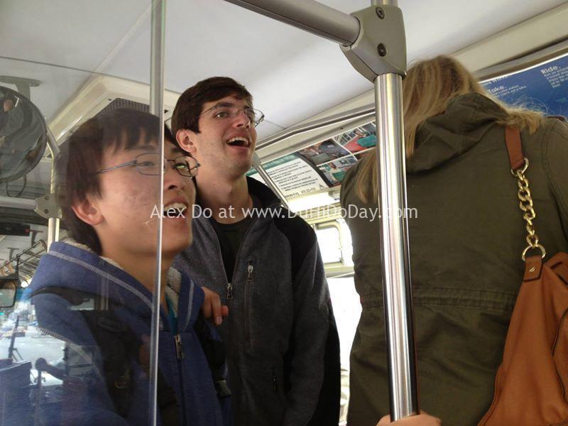 Đứng hát giữa xe bus đông người