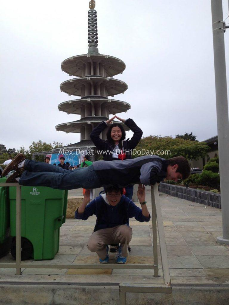 """Trồng tháp người trước chùa Nhật """"Hòa Bình"""" (Peace Pagoda)"""