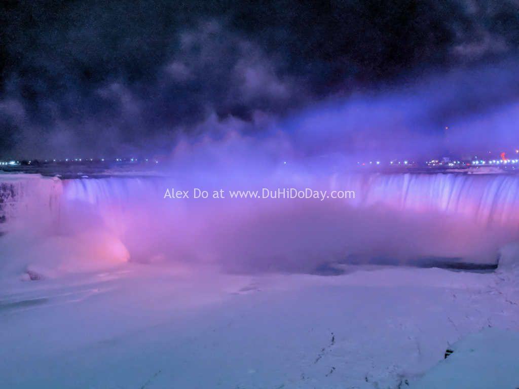 Thác Niagara Falls vào buổi tối ở bên Canada